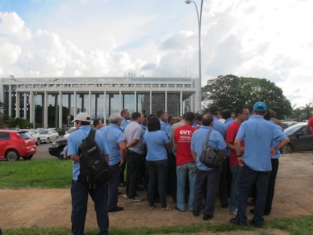 Rodoviários se reúnem em frente ao Tribunal de Justiça do DF após decisão sobre pagamento de rescisões (Foto: Rafaela Céo/G1)
