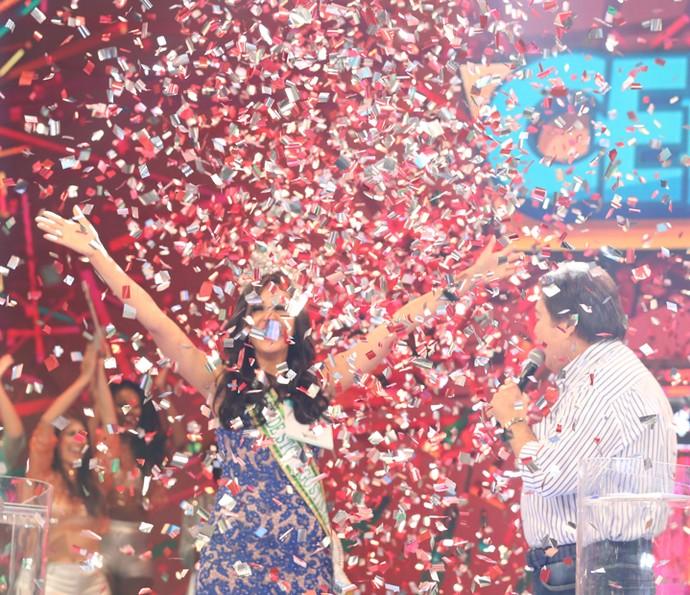 Vencedora comemora no Domingão (Foto: Carol Caminha/Gshow)