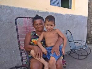 Severina Mendes e o neto, Miguel, moradores de Araçagi (Foto: Diogo Almeida/G1)