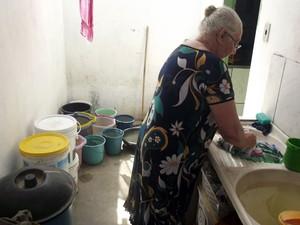 Dona de casa em Carnaúba dos Dantas, RN, precisa armazenar água em vários baldes para conseguir lavar roupa  (Foto: Anderson Barbosa/G1)