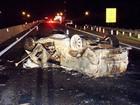 Após acidente, picape capota e pega fogo; motorista fica em estado grave