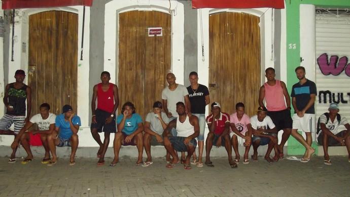 Jogadores do Penedense em frente a pousada (Foto: Geo Penedo)