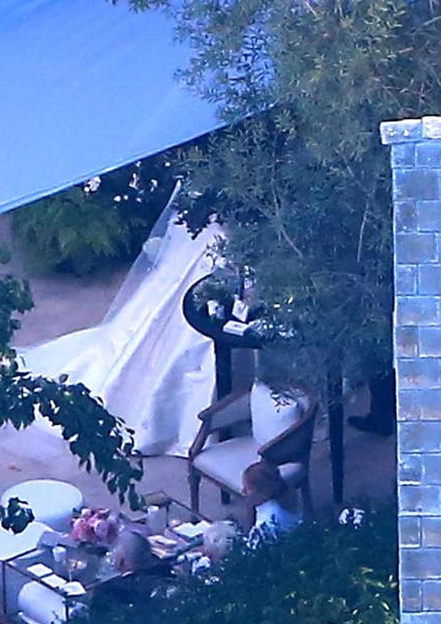 No flagra feito por paparazzi, pode-se ver um pedaço do belo vestido de Miranda Kerr  (Foto: AKM-GSI)