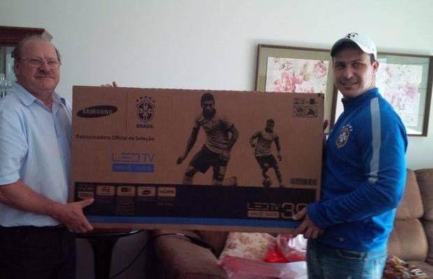 """""""Agora não perco nenhum jogo"""", afirmou Rafael em seu Facebook ao agradecer a nova TV (Foto: Reprodução Facebook)"""