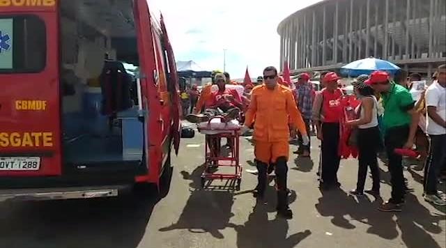 Manifestante sofre crise de epilepsia e é atendido pelo Corpo de Bombeiros em Brasília
