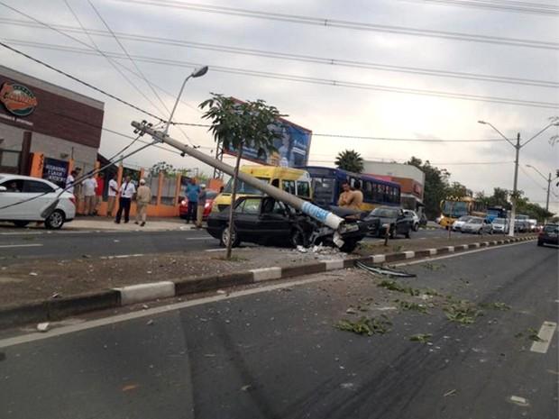 Colisão de carro em poste arranca estrutura do canteiro central de avenida em Sousas, Campinas (Foto: Marília Correa / Vc no G1)