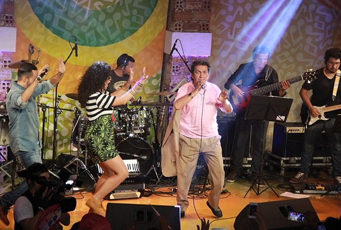 Oyama Filho e Márcia Novo não resistem e dançam ao lado do 'Príncipe do Brega' (Foto: Katiúscia Monteiro/ Rede Amazônica)