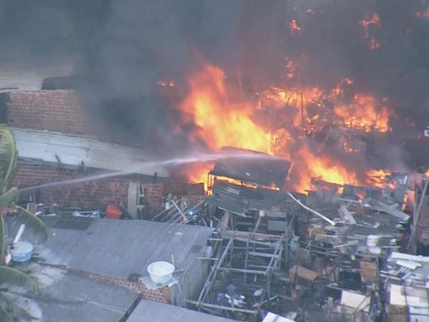 Bombeiros tentam conter as chamas do incêndio nos Coelhos, no Recife (Foto: Reprodução / TV Globo)