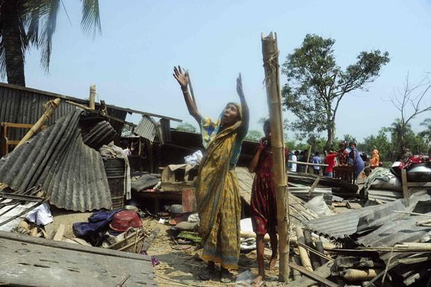 Mulher lamenta ter tido sua casa destruída por tornado em Bangladesh (Foto: Reuters)