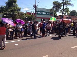 Famílias foram para frente do Fórum de Macapá para acompanhar audiência (Foto: Abinoan Santiago/G1)