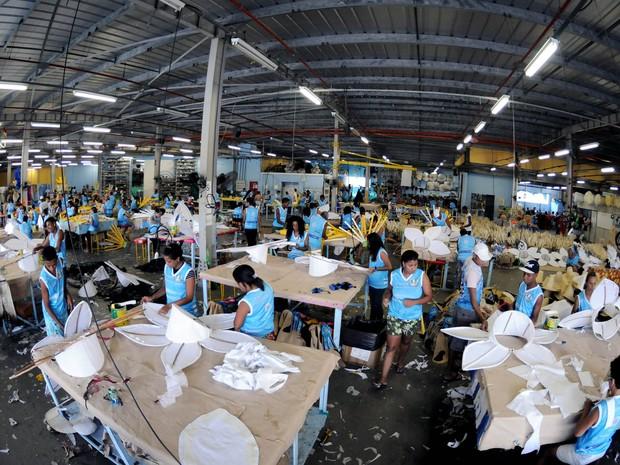 Com 160 alunos, o Comunidade Unida faz do ateliê da Vila Isabel uma fábrica de fantasias (Foto: André Durão/ G1)