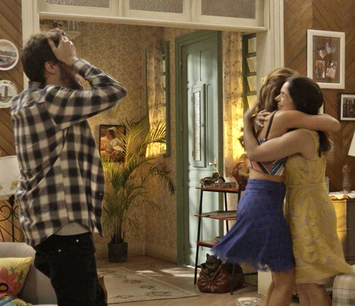 Tancinha fica radiante com a notícia de que vai ser tia e corre abraçar a irmã caçula ♥ (Foto: TV Globo)