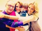 Rafa Justus recebe abraço coletivo nos bastidores do programa da mãe