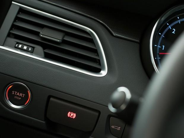 Botão de ignição do lado esquerdo: criatividade e boa distribuição na cabine (Foto: Divulgação)