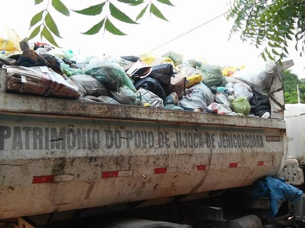 Após protesto, moradora disse que caminhão passou, mas sem condições de levar o lixo dela (Foto: Arquivo Pessoal)