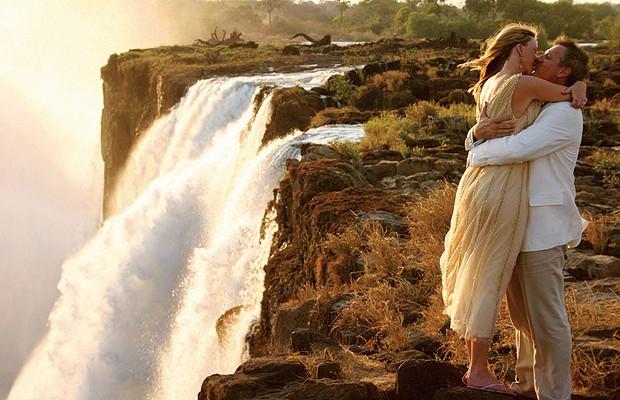 Para menos corajosos, outra opção é apenas tirar uma foto com as cataratas ao fundo. O local é muito procurado para casamentos (Foto: Divulgação)