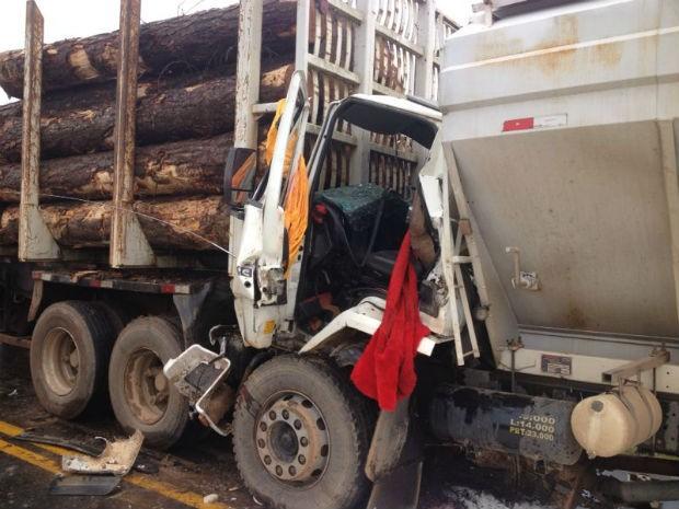Acidente entre caminhões deixou um homem ferido, na PR-153, em Itaiacoca (Foto: Wesley Cunha/RPC TV)