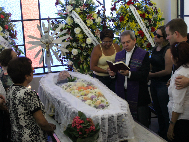 Corpo do poreta Manoel de Barros é velado em cemitério de Campo Grande (Foto: Lucas Lourenço/G1 MS)