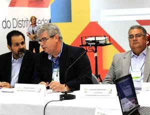 técnicos FIFA vistoria estádio Brasília Mané Garrincha (Foto: Fabrício Marques / Globoesporte.com)