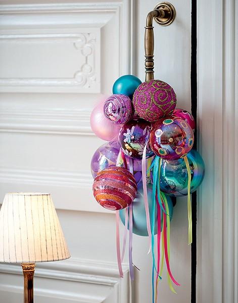 Uma opção à tradicional guirlanda é preparar um arranjo para pendurar na maçaneta da porta principal. Este modelo tem bolas de Natal e fitas (Foto: Iara Venanzi/Casa e Jardim)