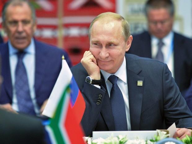 O presidente da Rússia, Vladimir Putin, sorri durante reunião com outros presidentes do Brics em Ufa, na Rússia (Foto: Alexei Druzhinin/RIA Novosti/Kremlin/AP/Pool)