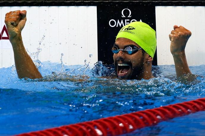 André Brasil em comemoração na piscina