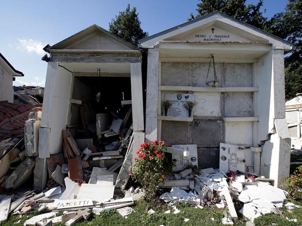 Capelas destruídas pelo terremoto na região central da Itália são vistas em um cemitério em Sant' Angelo, perto de Amatrice (Foto: Max Rossi/Reuters)