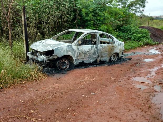 Carro carbonizado em Samambaia Norte, no DF, onde corpo foi encontrado em porta-malas  (Foto: Corpo de Bombeiros/Divulgação)