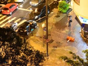 Enchente na rua Conde de Bonfim, na Zona Norte do Rio, impede a passagem de carros (Foto: Katia Zanon Hespanhol/VC no G1)