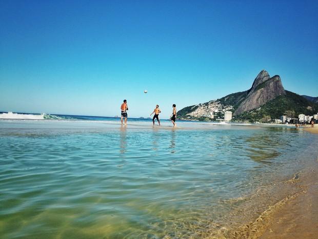Cariocas aproveitaram o dia de sol para jogar 'altinha' em Ipanema (Foto: Guto Azevedo/ Arquivo Pessoal)