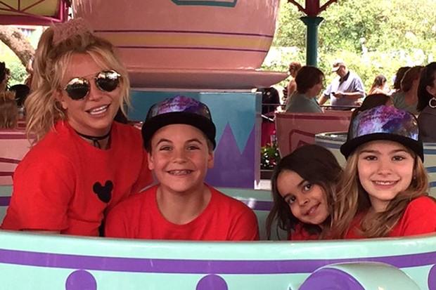 Britney Spears com os filhos e sobrinha (Foto: Reprodução)