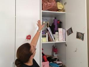 Mãe de Jandira mostra armário onde guardou pertences da filha (Foto: Henrique Coelho/G1)