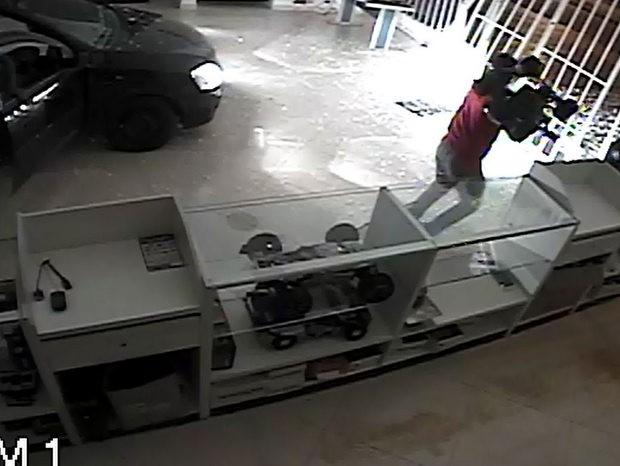 Câmera de segurança flagrou ação de assaltantes em Santa Bárbara (Foto: Cláudio Mariano/SBONews)