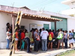 Familiares se aglomeraram na porta da Penitenciária Mista de Parnaíba (Foto: Catarina Costa/G1)