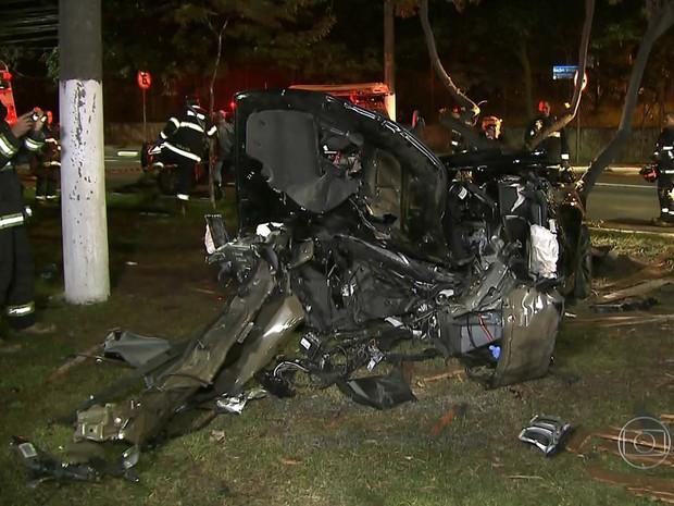Camaro preto ficou destruído em acidente na Marginal Pinheiros, altura da Ponte do Socorro (Foto: Reprodução/TV Globo)