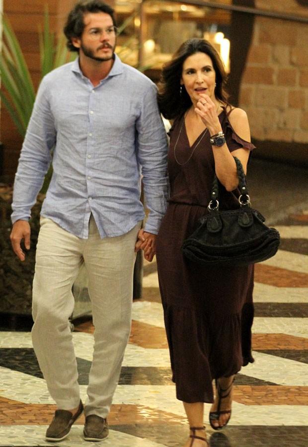 Fátima Bernardes passeia em clima de romance com moreno (Foto: Agnews )