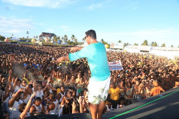 Xanddy se apresenta na Praia do Forte (Foto: Fred Pontes- Photo Rio News)