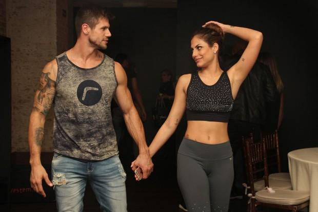 Ex-BBB Jonas e Mari Gonzalez desfilando juntos (Foto: Renan Katayama / AgNews)
