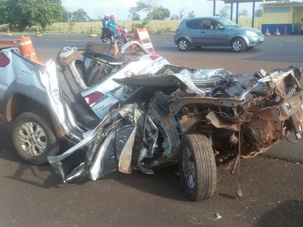 Duas pessoas morrem após carro bater em árvore na BR-364, em Caçu, Goiás (Foto: Divulgação/PRF)