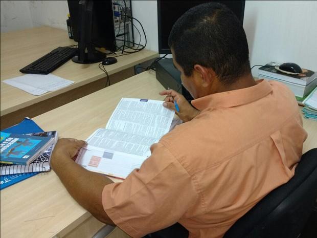 RFG estuda durante o horário de almoço, no escritório onde trabalha (Foto: Nayara Ribeiro/Divulgação)