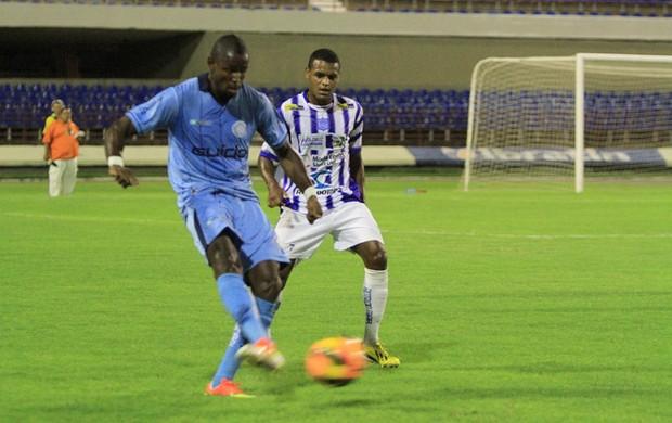 Rogélio Balotelli tenta jogada no ataque do CSA (Foto: Ailton Cruz/ Gazeta de Alagoas)