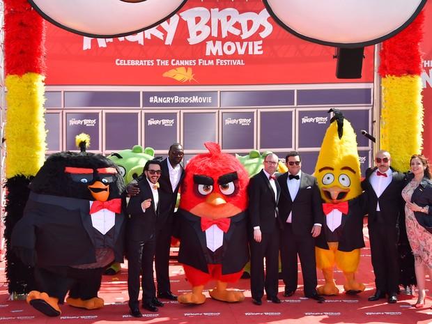 Timur Rodriguez, Omar Sy, John Cohen, Josh Gad, Maccio Capatonda e Raya Abirached divulgam 'Angry birds, o filme' no Festival de Cannes, no sul da França, nesta terça (10) (Foto: LOIC VENANCE/AFP)