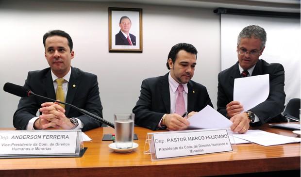 O relator do projeto da cura gay, deputado Anderson Ferreira (PR-PE) e o presidente da Comissão de Direitos Humanos, Marco Feliciano (PSC-SP), na sessão que aprovou a proposta (Foto: Alexandra Martins/Ag. Câmara)