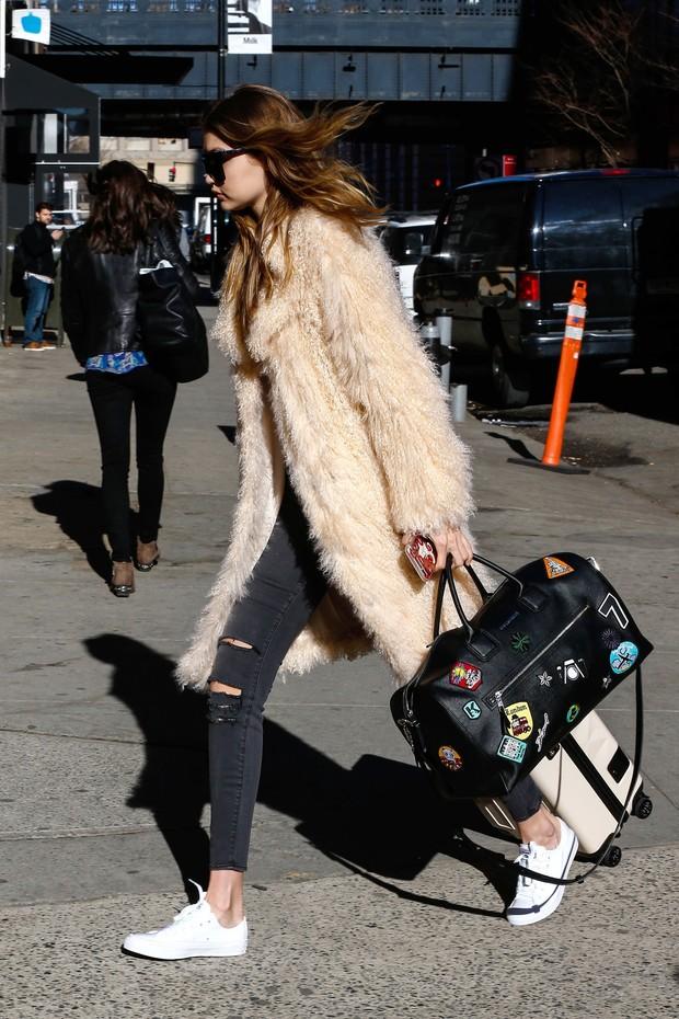 Gigi Hadid usa bolsa com patche (Foto: Akm)