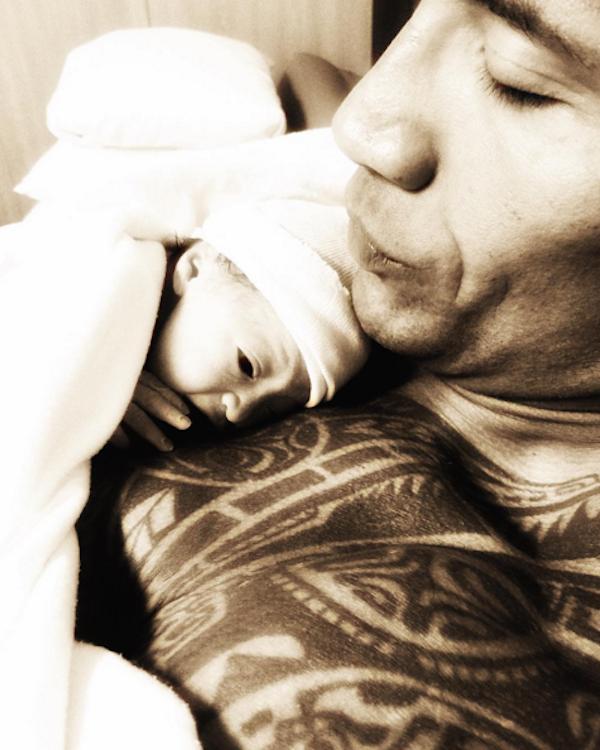 Dawyne Johnson e sua filha recém-nascida (Foto: Instagram)