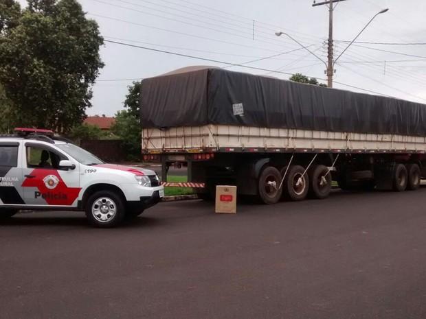 Caminhão estava carregado com carga de cigarros contrabandeados (Foto: Polícia Militar/Cedida)
