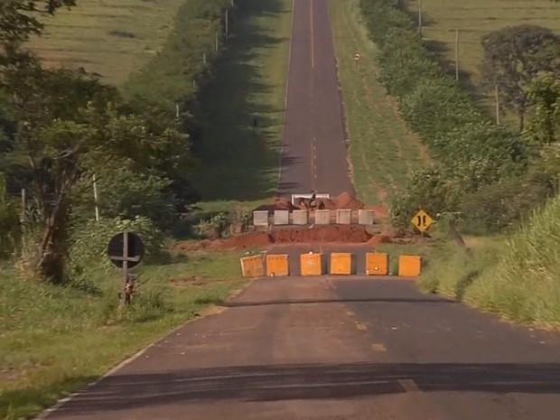 Rota alternativa está interditada por causa de ponte quebrada (Foto: Reprodução / TV TEM)