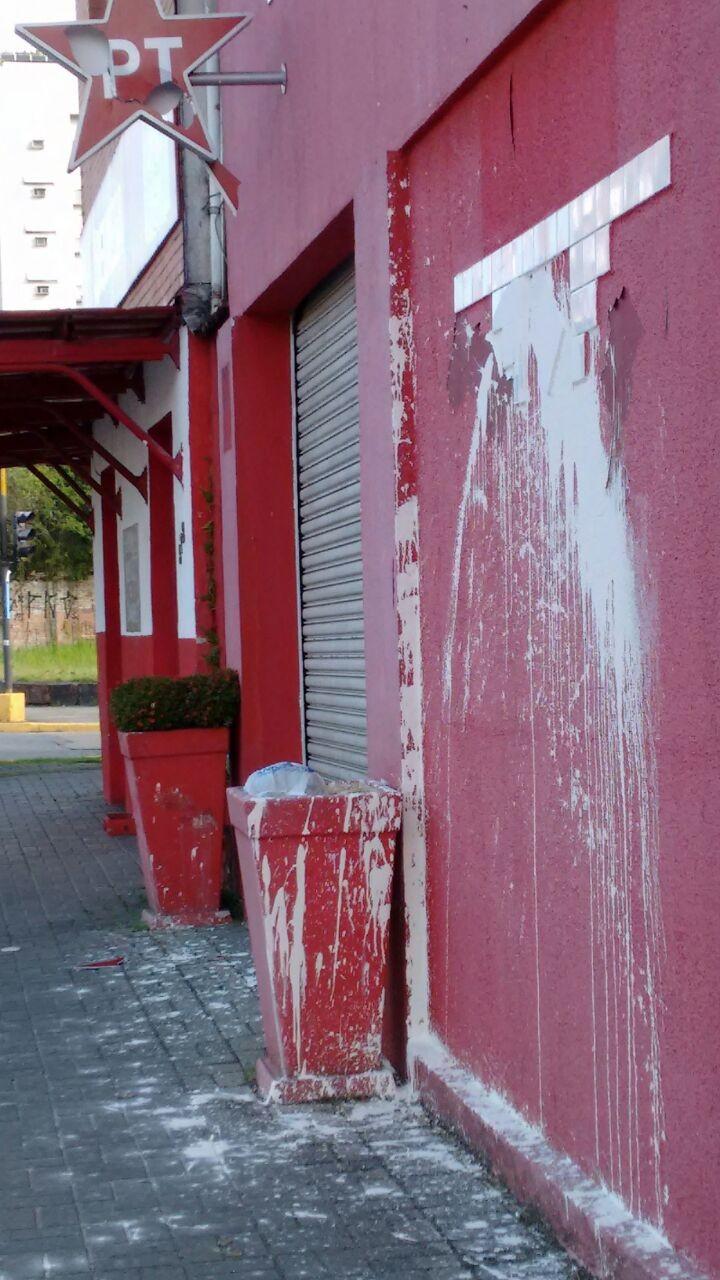 Sede do PT em Joinville foi vandalizada  (Foto: PT-SC/Divulgação)