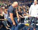 Fisiculturismo? Cigano e Miocic brincam em intervalo de jogo da NBA em Dallas