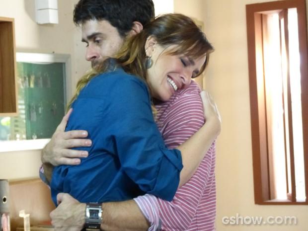 O casal fica assustado, mas radiante na certeza de que terá um bebê (Foto: Malhação / TV Globo)